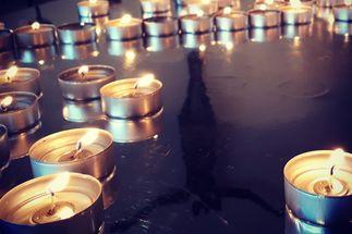 Teelichter auf einer spiegelnden Platte. - Copyright: Ines Langhorst
