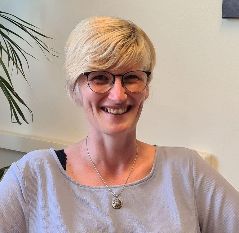 lächelnde blonde Frau mit Brille  - Copyright: Frauke Finsterwalder