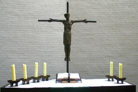 Altar und Altarkreuz der Dreifaltigkeitskirche - Copyright: Ev.-Luth. Kirchenkreis Lübeck-Lauenburg