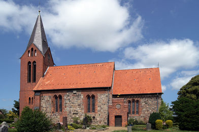 Außenansicht der Kirche in Behlendorf  von der Seite - Copyright: Manfred Maronde