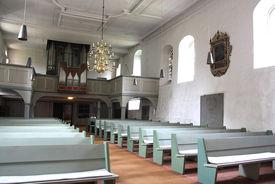 Blick vom Altarraum auf Empore und Orgel von St. Georg auf dem Berge