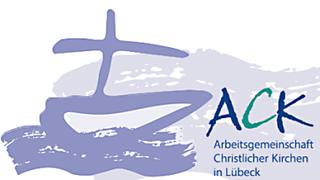 """Auf dem Bild ist ein mit lila Schrift gezeichnetes Boot mit einem Mast, welches wie ein Kreuz aussieht, zu sehen. Es schwimmt auf lila Wellen. Rechts daneben sind die Buchstaben ACK in grün und blau abgebildet, darunter steht """"Arbeitsgemeinschaft Christlicher Kirchen in Lübecj   - Copyright: ACK Lübeck"""