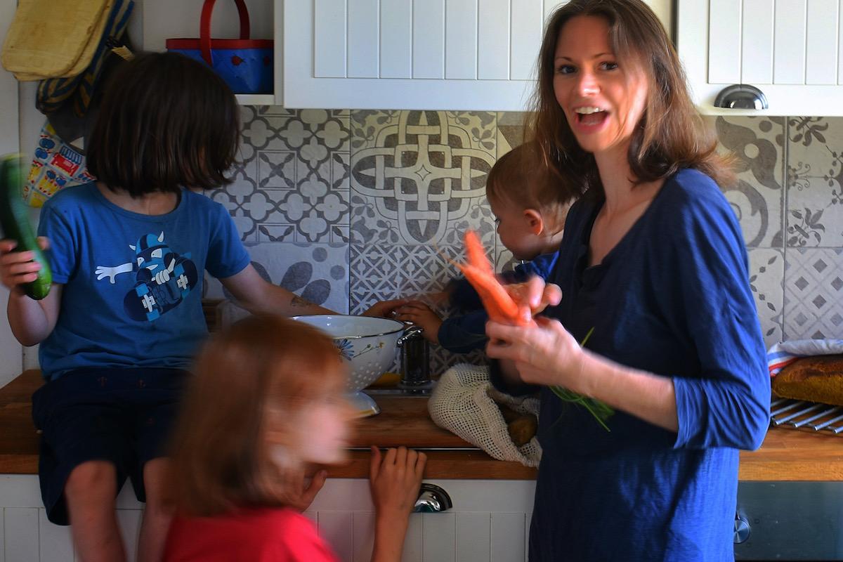 Kinder zu Hause beschäftigen? Dafür hat Dreifach-Mama Nathalie Klüver viele Tipps.