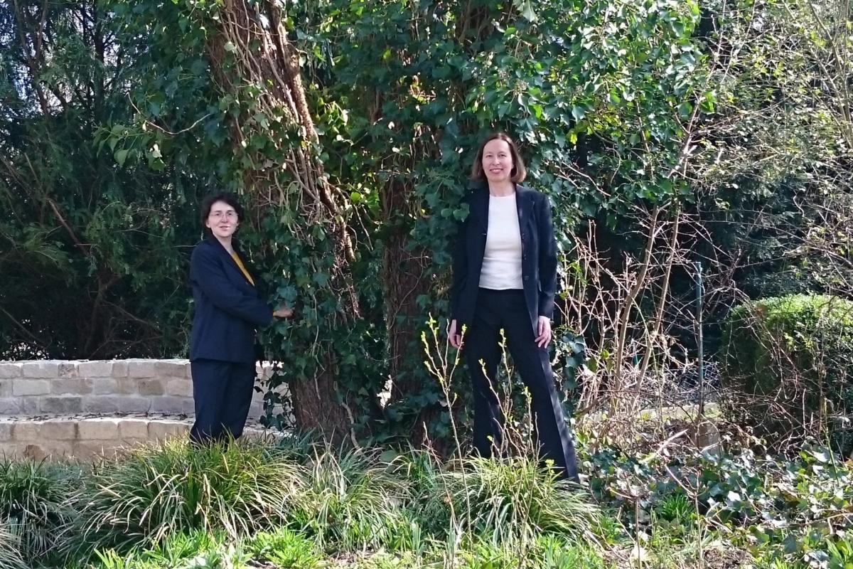 Zwei Frauen vor einem Baum