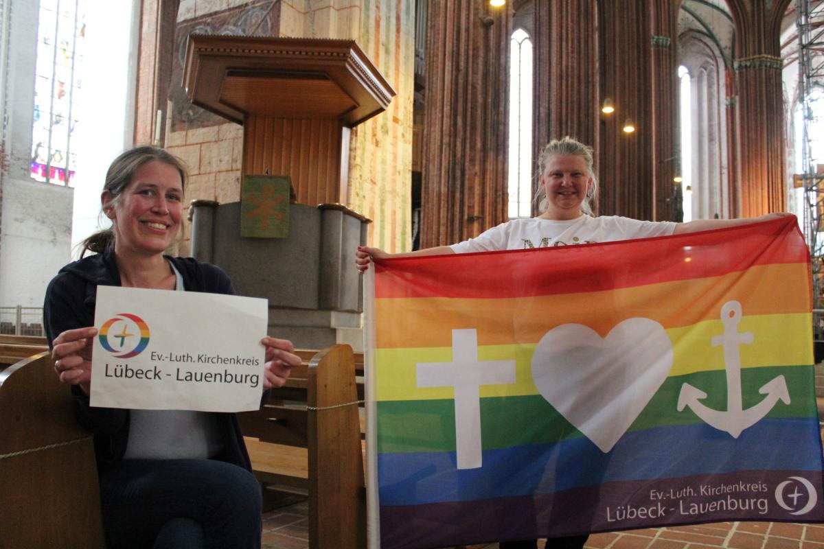 Zwei Frauen in St. Marien mit Regenbogen-Flagge.