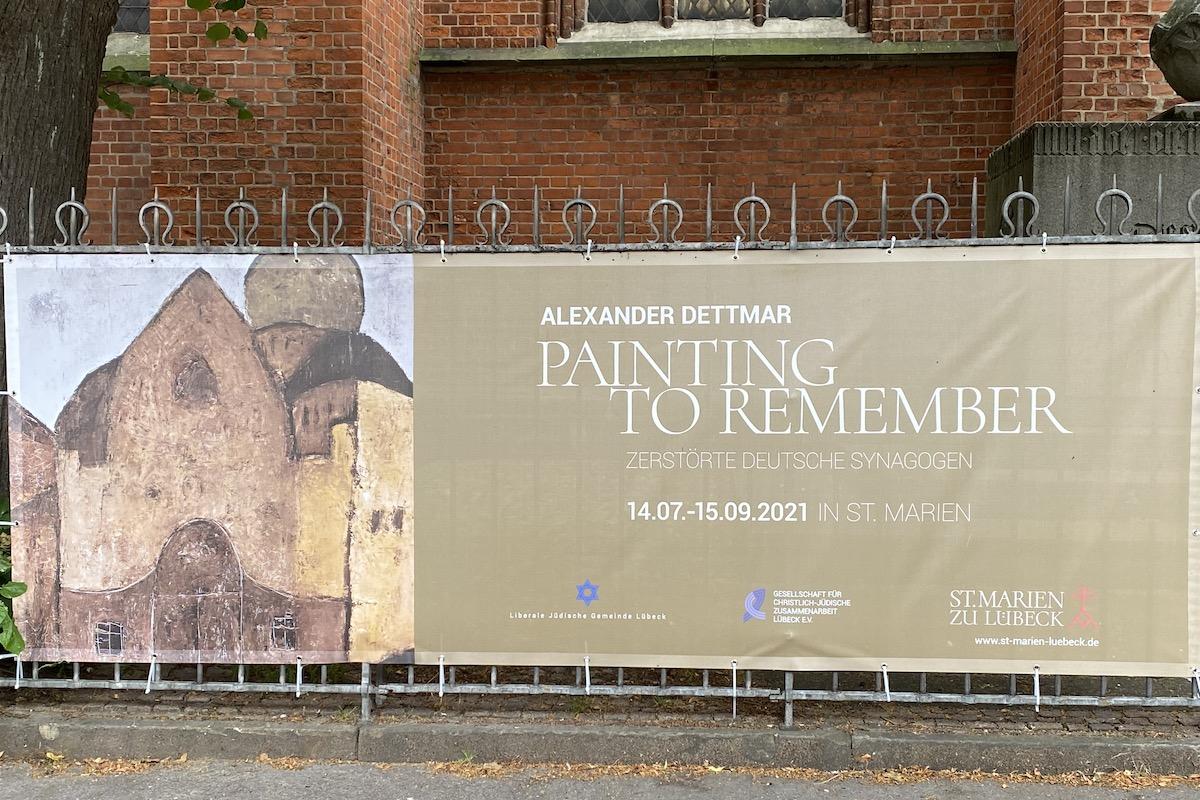 """Das Plakat der Ausstellung """"Painting to remember"""" vor der St.-Marien-Kirche."""