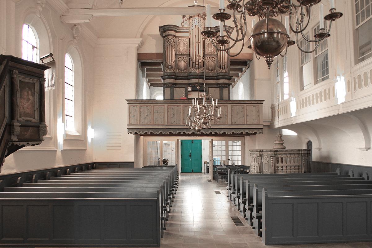 Der Innenraum von St. Georg mit Blick auf die Orgelempore