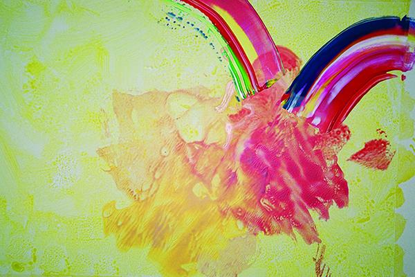 Ein Bild mit Pinsel und Tusche gefertig - es enthält gelbe und rosane Farben, sowie die Regenbogenfarben - es symbolisiert Trinitates